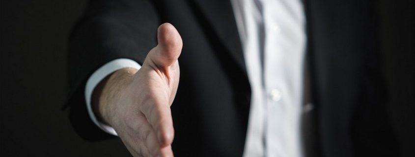 איך רוכשים ביטוח - לחיצת יד